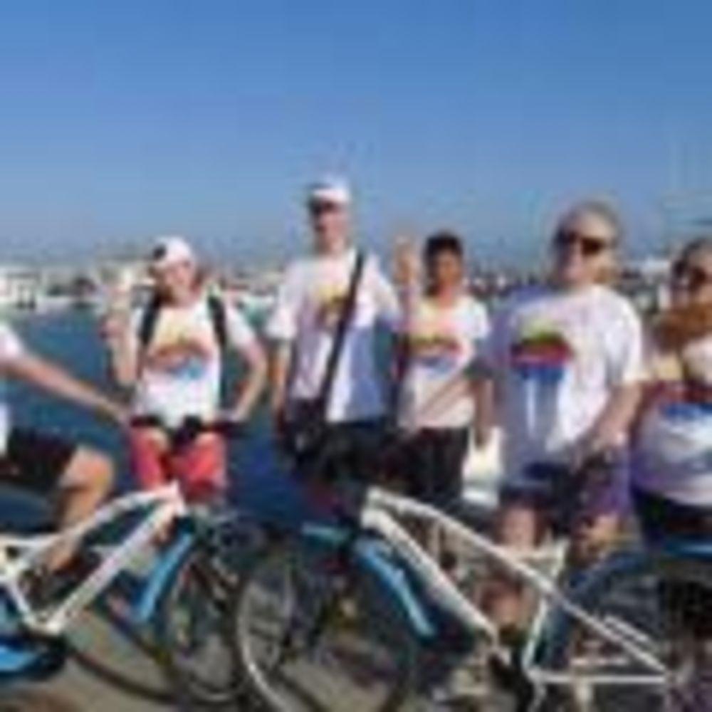 Студенты программы UNIQuest катаются на велосипедах