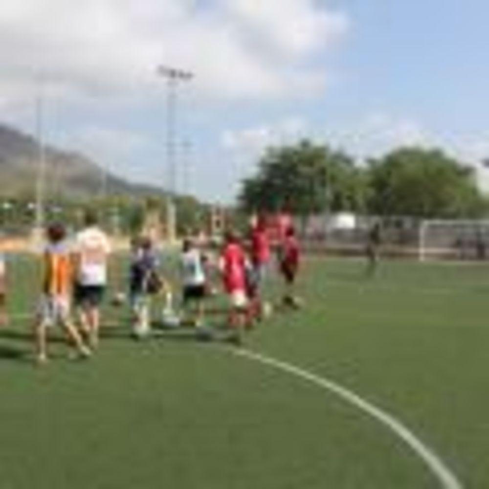 участники летнего лагеря Caxton College на тренировке