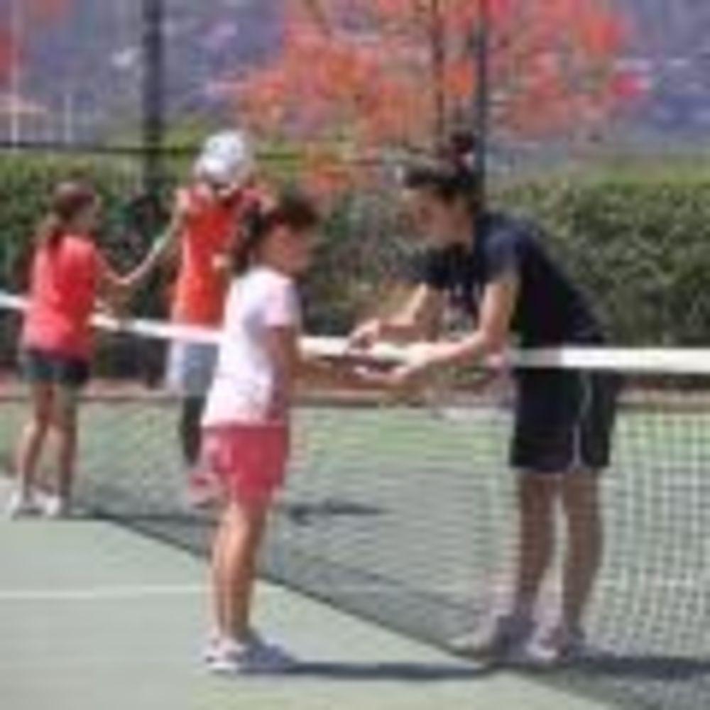 занятия по теннису в летнем лагере Caxton College