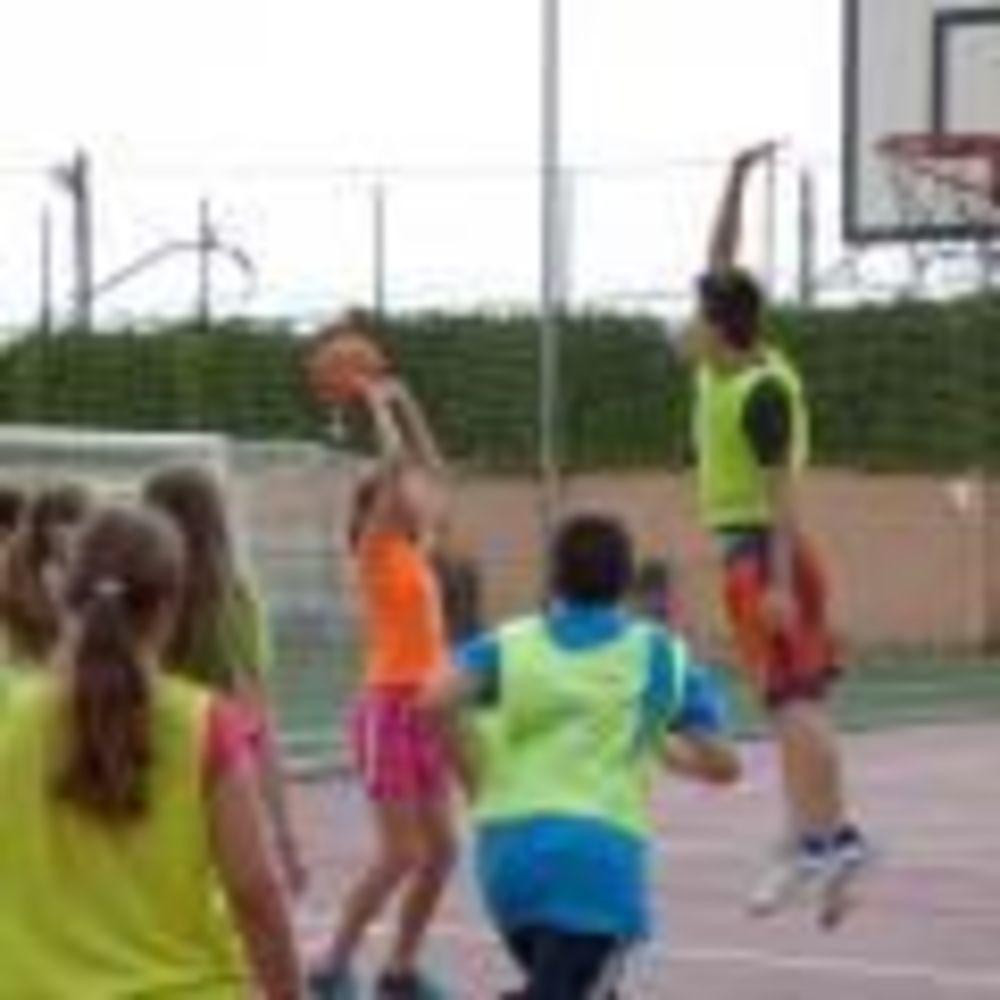 дети занимаются спортом в лагере Caxton College