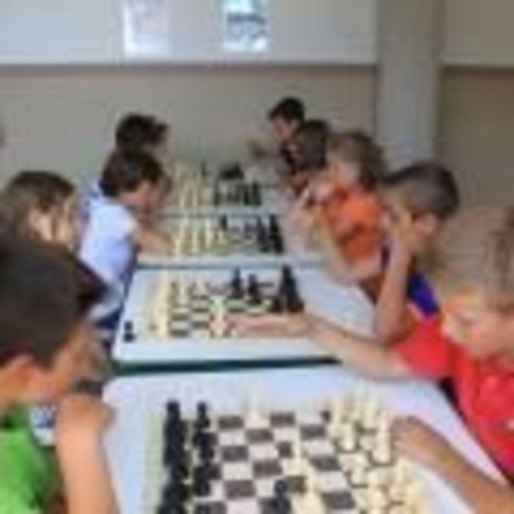 дети играют в шахматы в лагере Caxton College