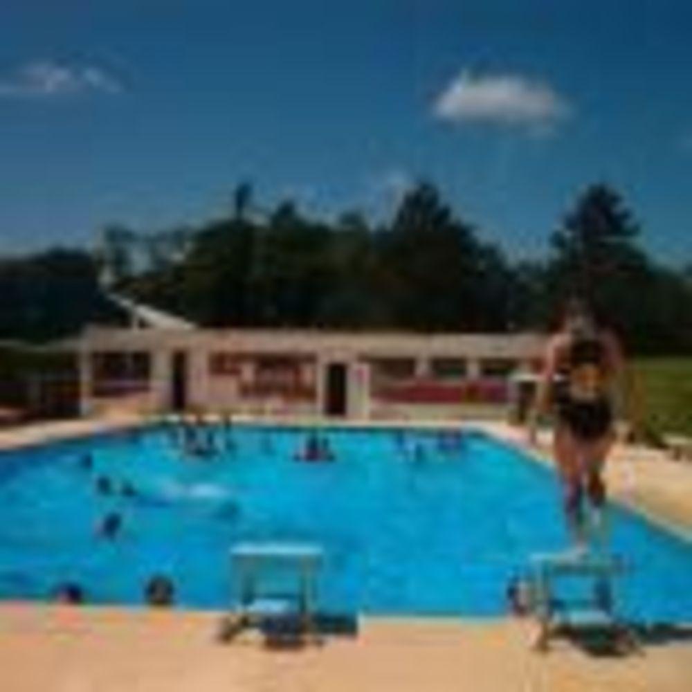 бассейн у школы Ecole Des Roches