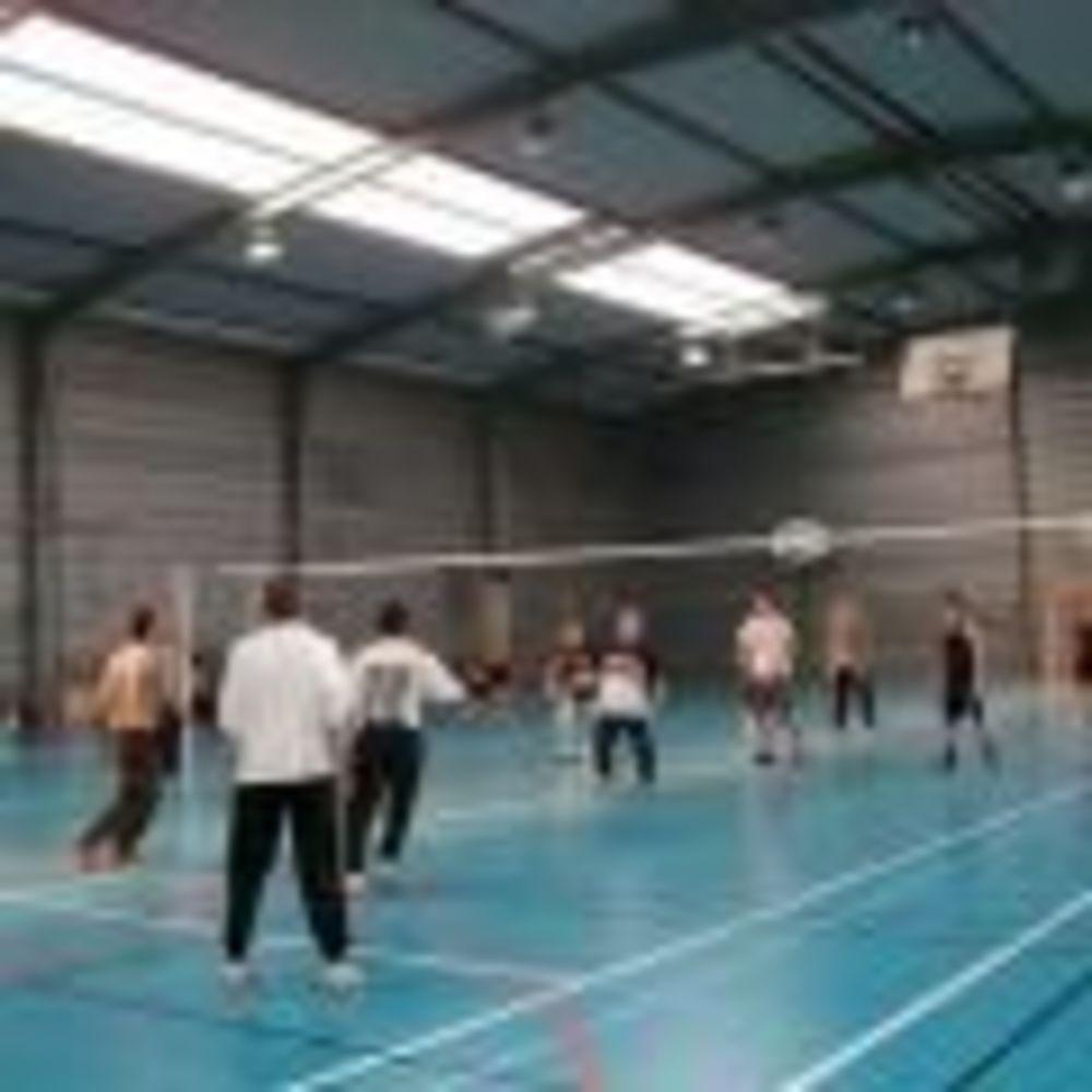 студенты занимаются спортом в школе Ecole Des Roches
