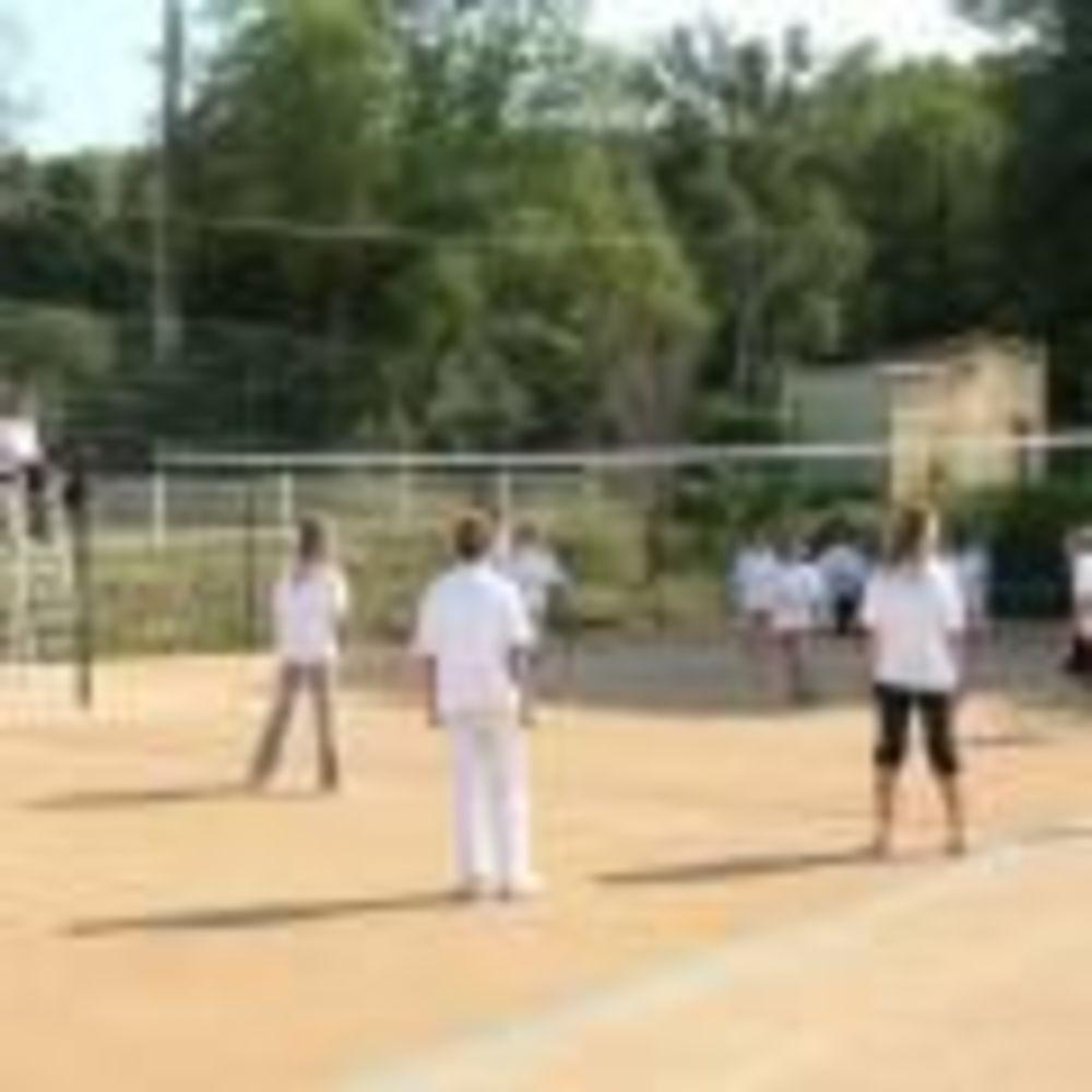 студенты играют в волейбол International Bilingual School of Provence