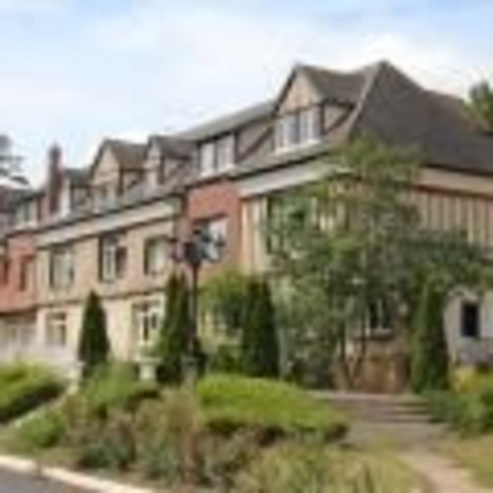 здание школы Ecole Des Roches