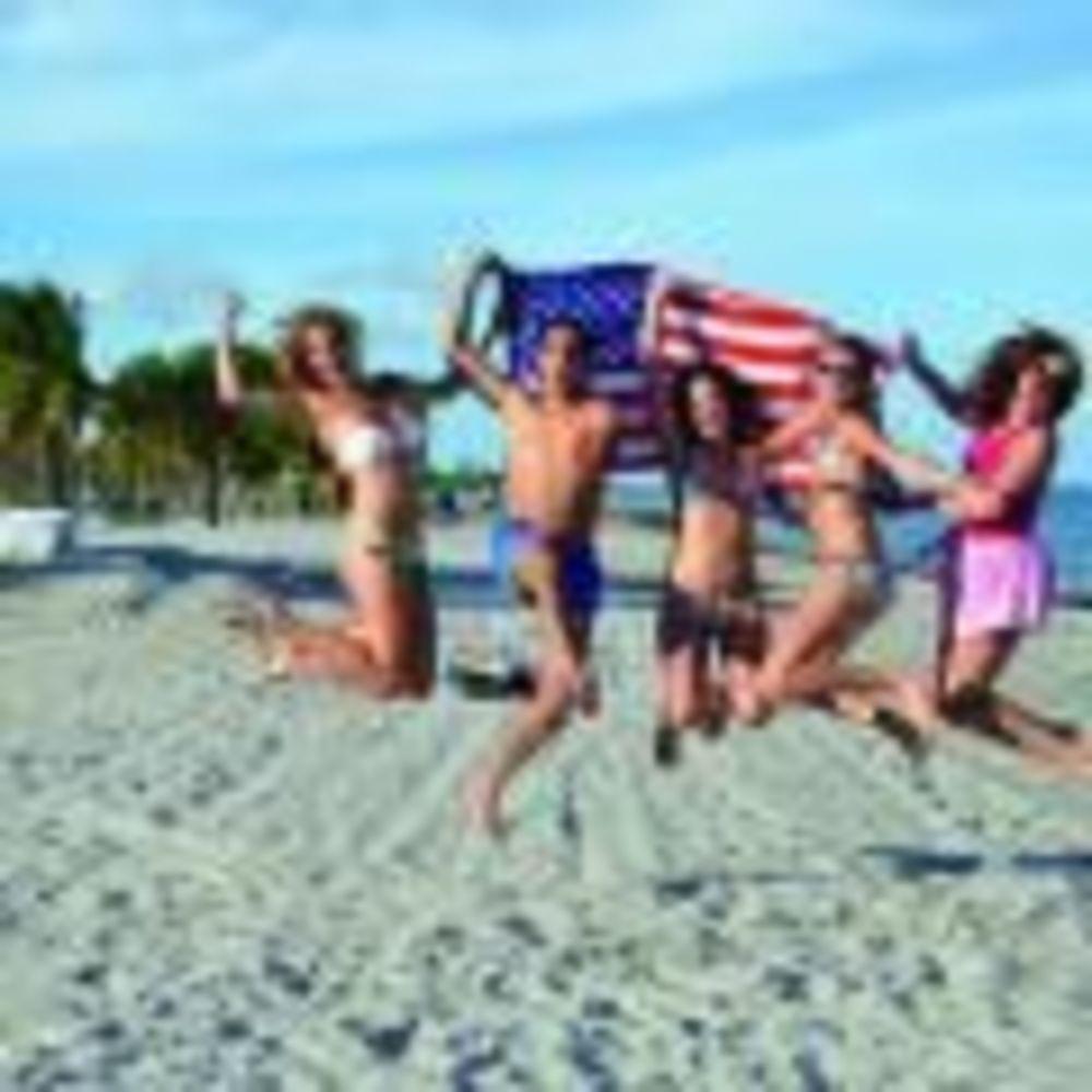 участники лагеря OHLA Miami на пляже
