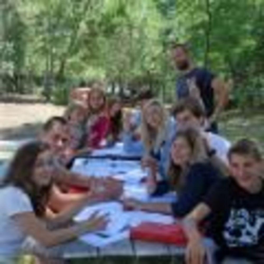 участники лагеря за столом Linguaviva Summer Camp, Lignano