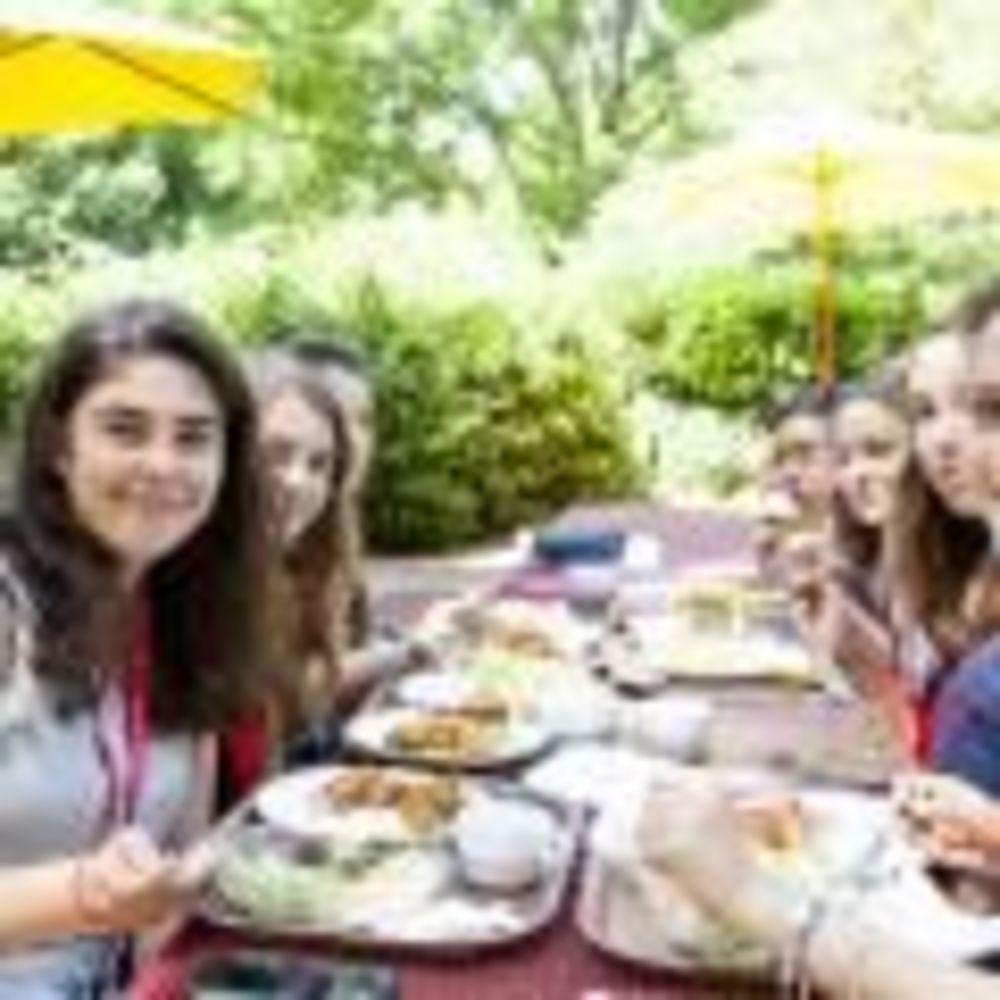 обед студентов в лагере Freiburg, Alpadia Summer Camps