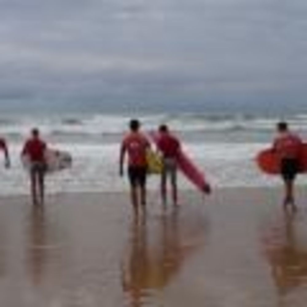 занятия по серфингу в лагере Biarritz Alpadia Summer Camps