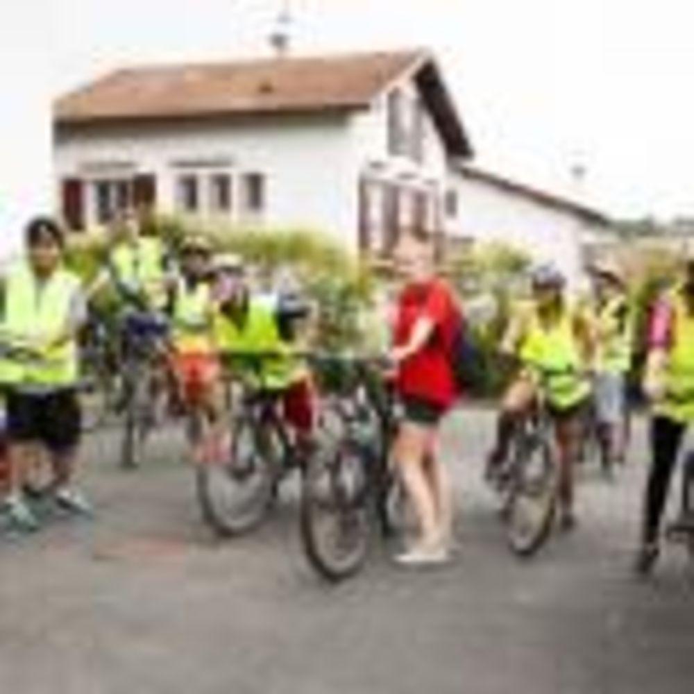 прогулка на велосипедах в лагере Biarritz Alpadia Summer Camps