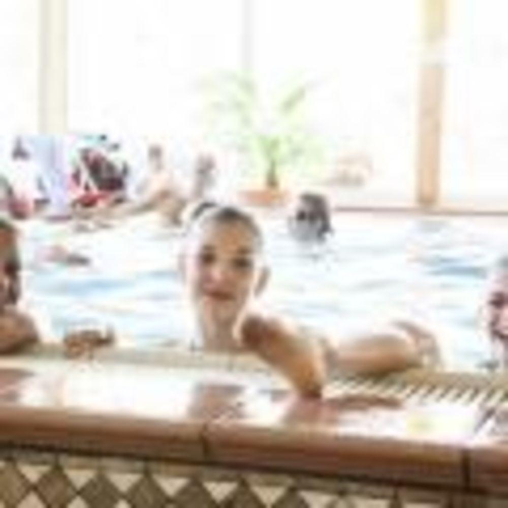 дети в бассейне Leysin, Alpadia Summer Camps