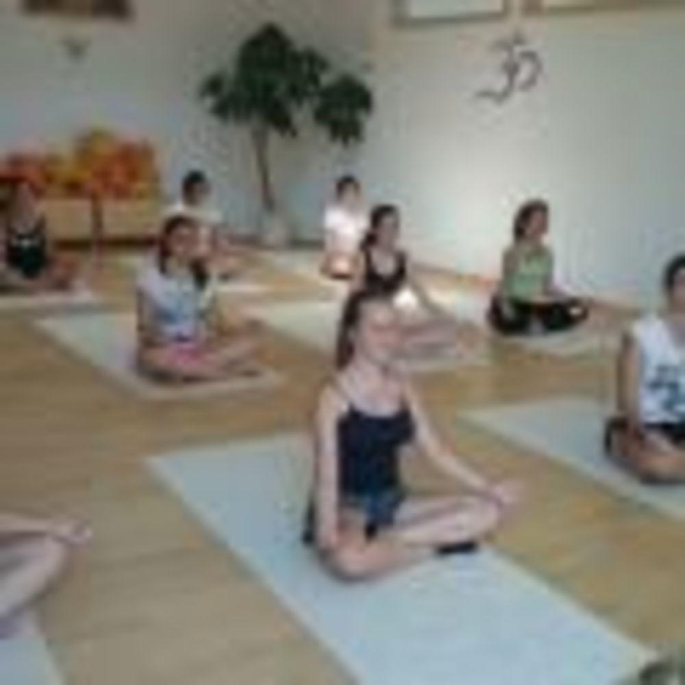 дети на йоге в лагере Freiburg, Alpadia Summer Camps