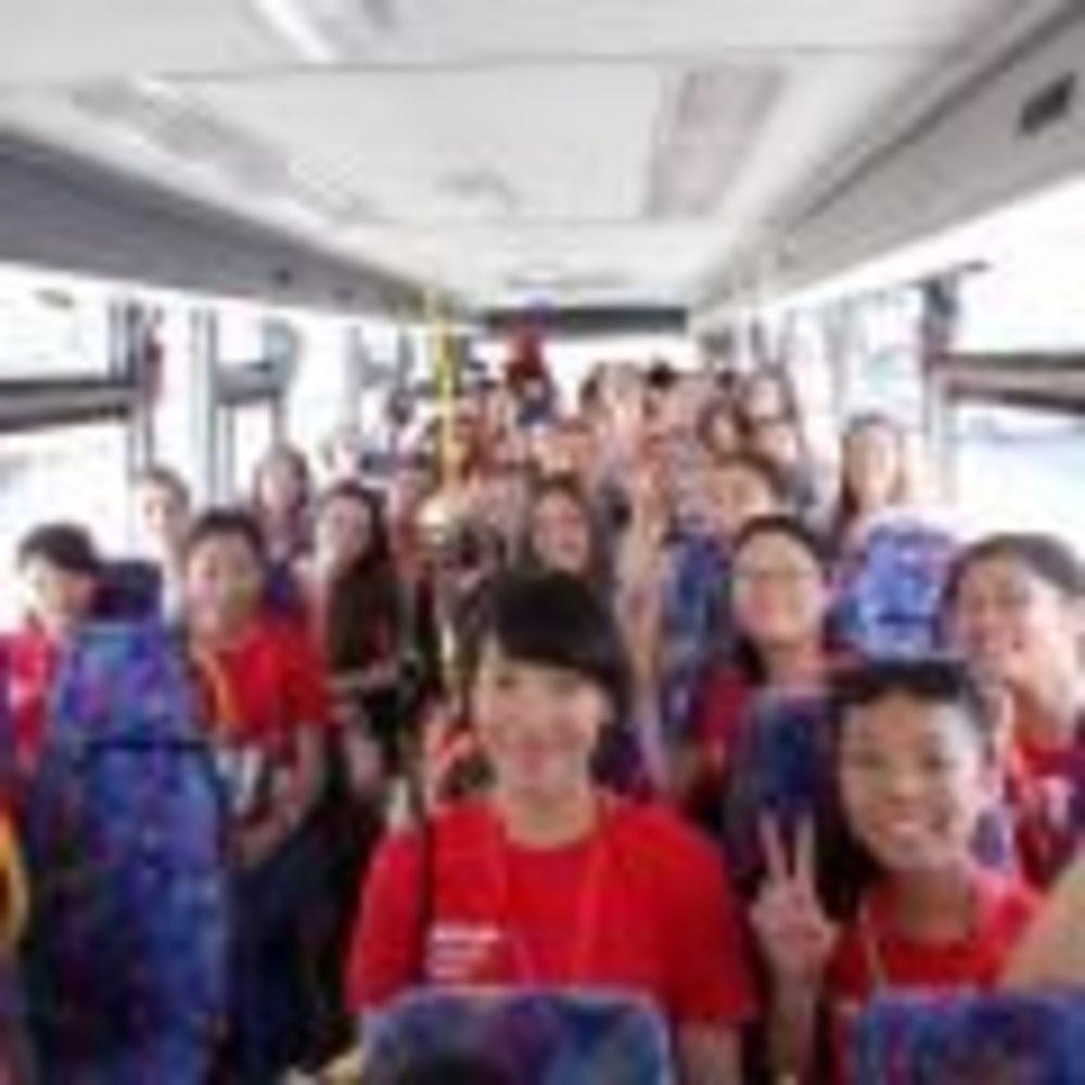 дети в экскурсионном автобусе Paris-Igny, Alpadia Summer Camps