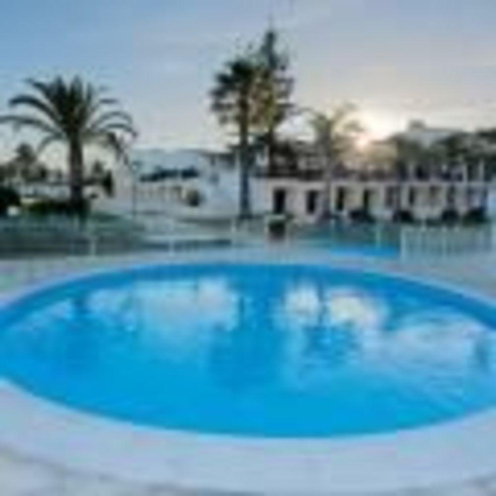 бассейн на территории школы Nobel International School Algarve
