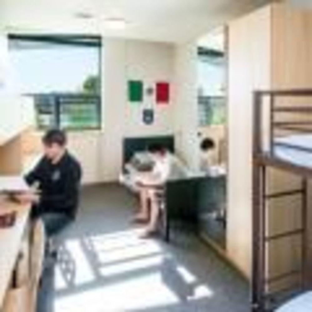 резиденция для мальчиков в Bodwell High School
