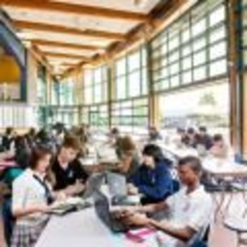 летняя терраса в Bodwell High School