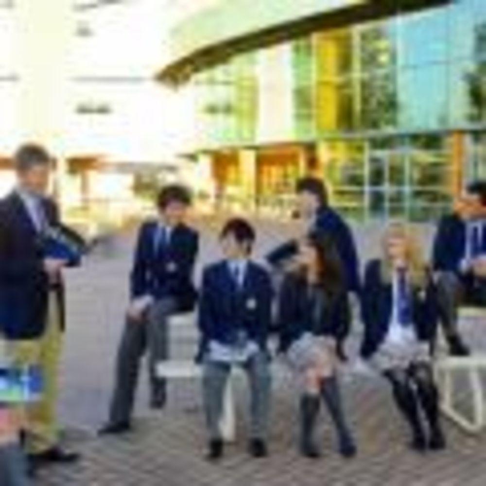студенты Bodwell High School во дворе школы