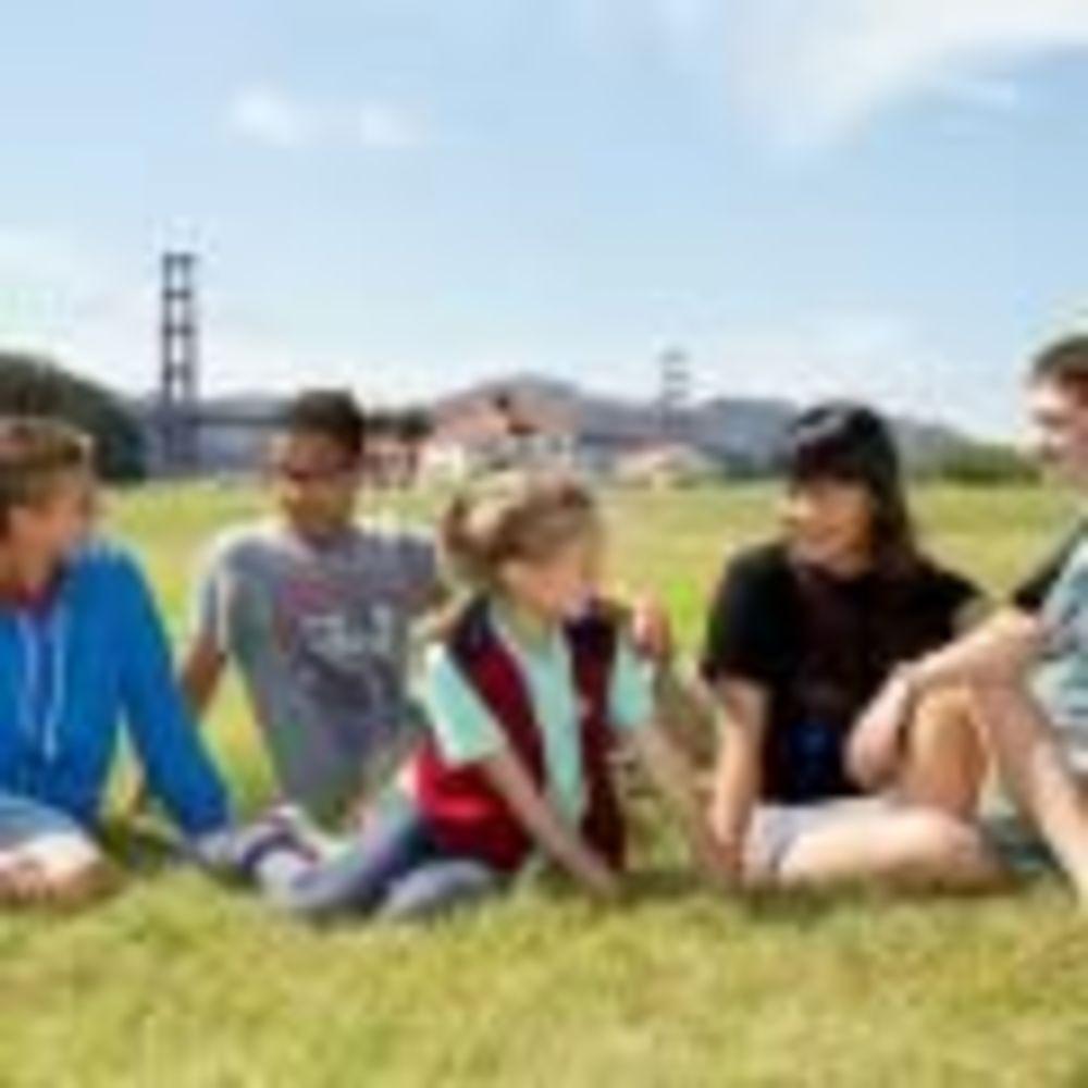 дети на прогулке в лагере St Giles на базе California State University, East Bay