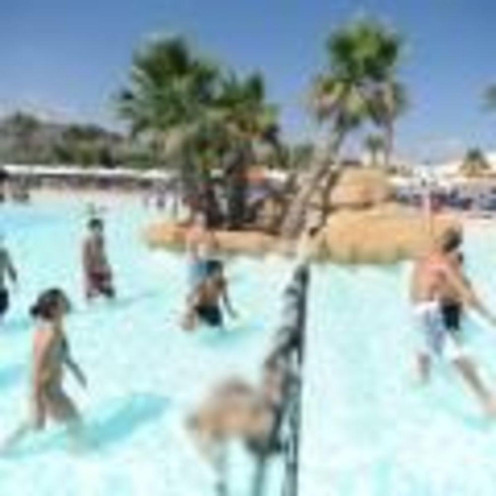 дети играют в бассейне Clubclass Language School, Swieqi