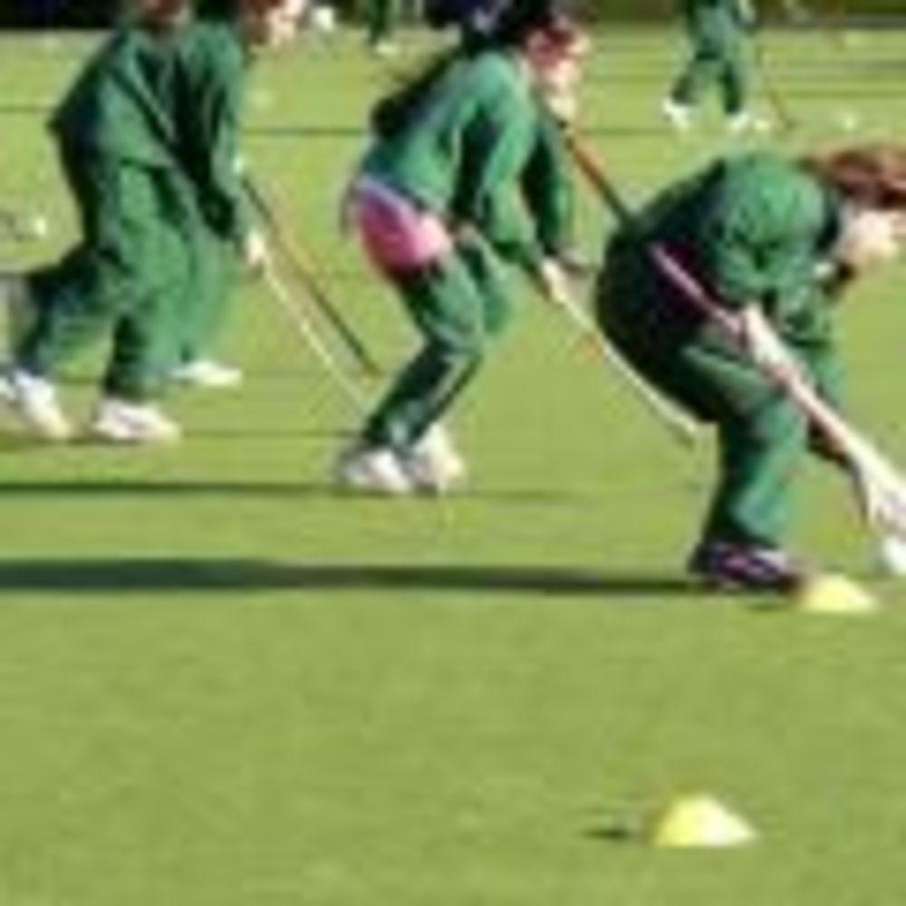 дети играют в хоккей на траве в лагере St. Raphaela's School Summer