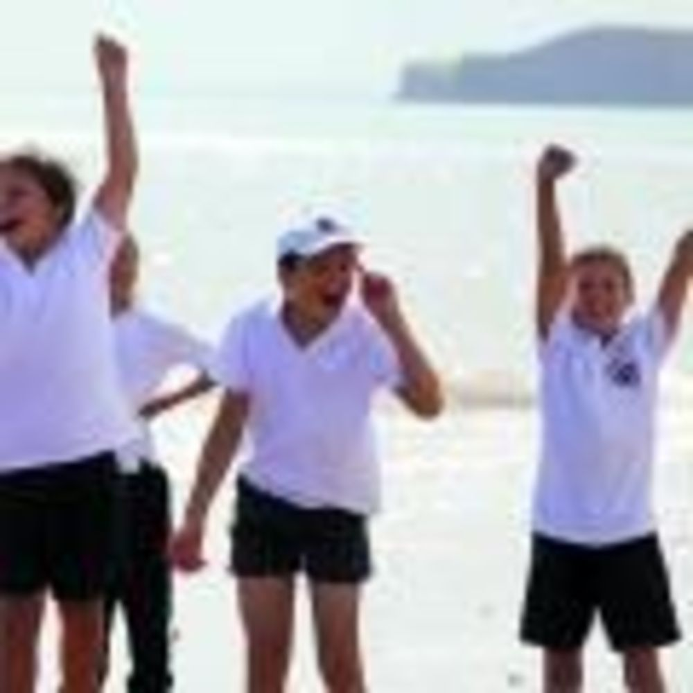дети на прогулке в лагере St John's International School Summer Camp