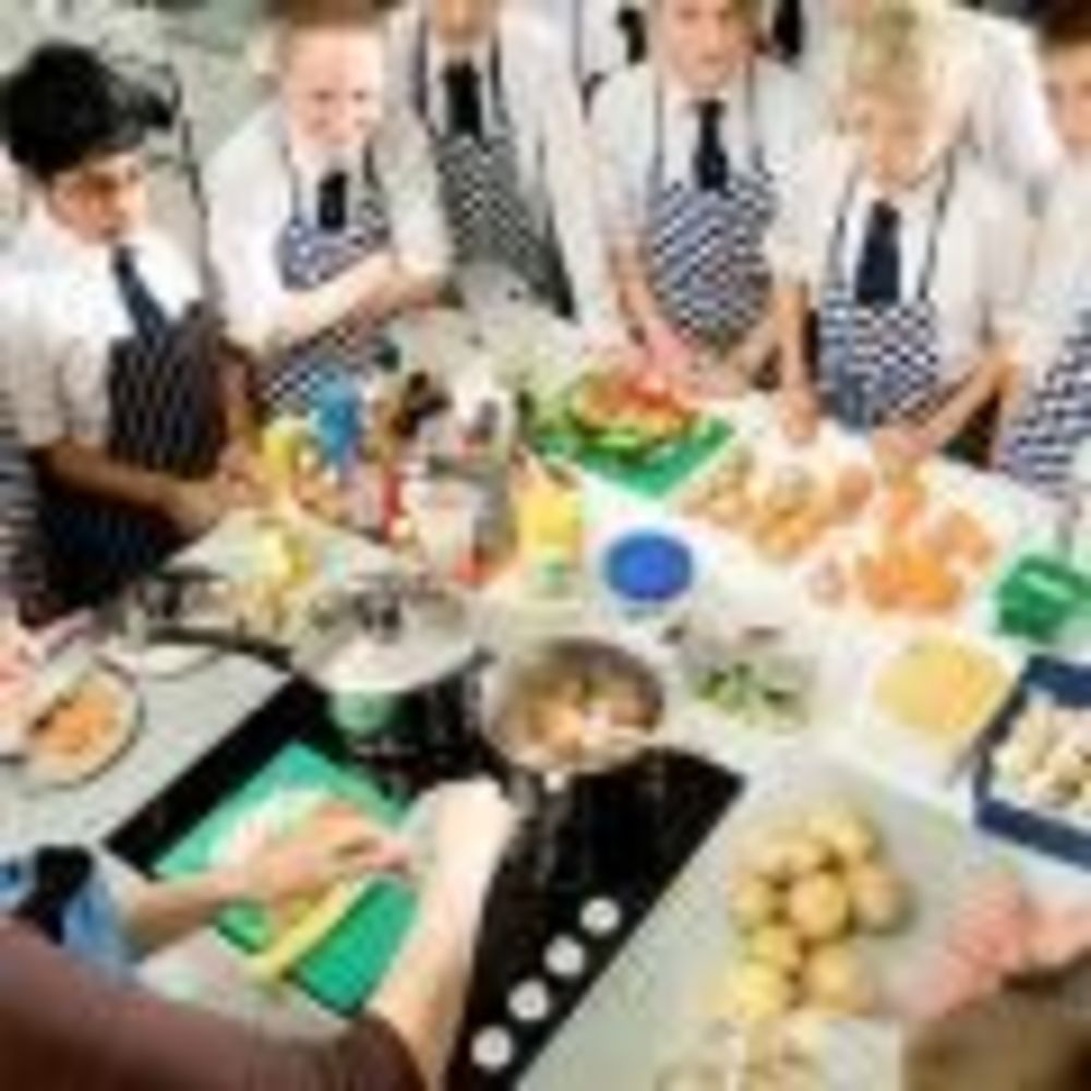 дети на уроке кулинарии в школе Ratcliffe College