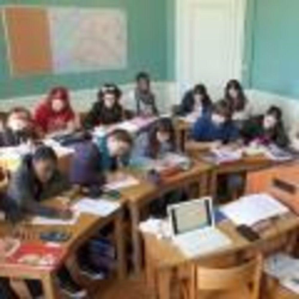 дети на уроке в школе Notre-Dame International High School