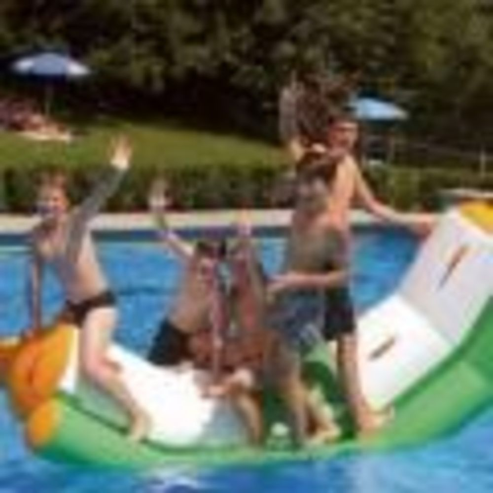 дети в бассейне в школе Ecole Nouvelle de la Suisse Romande