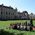дети в школьном дворе Notre-Dame International High School