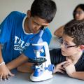 Дети и микроскоп College du Leman