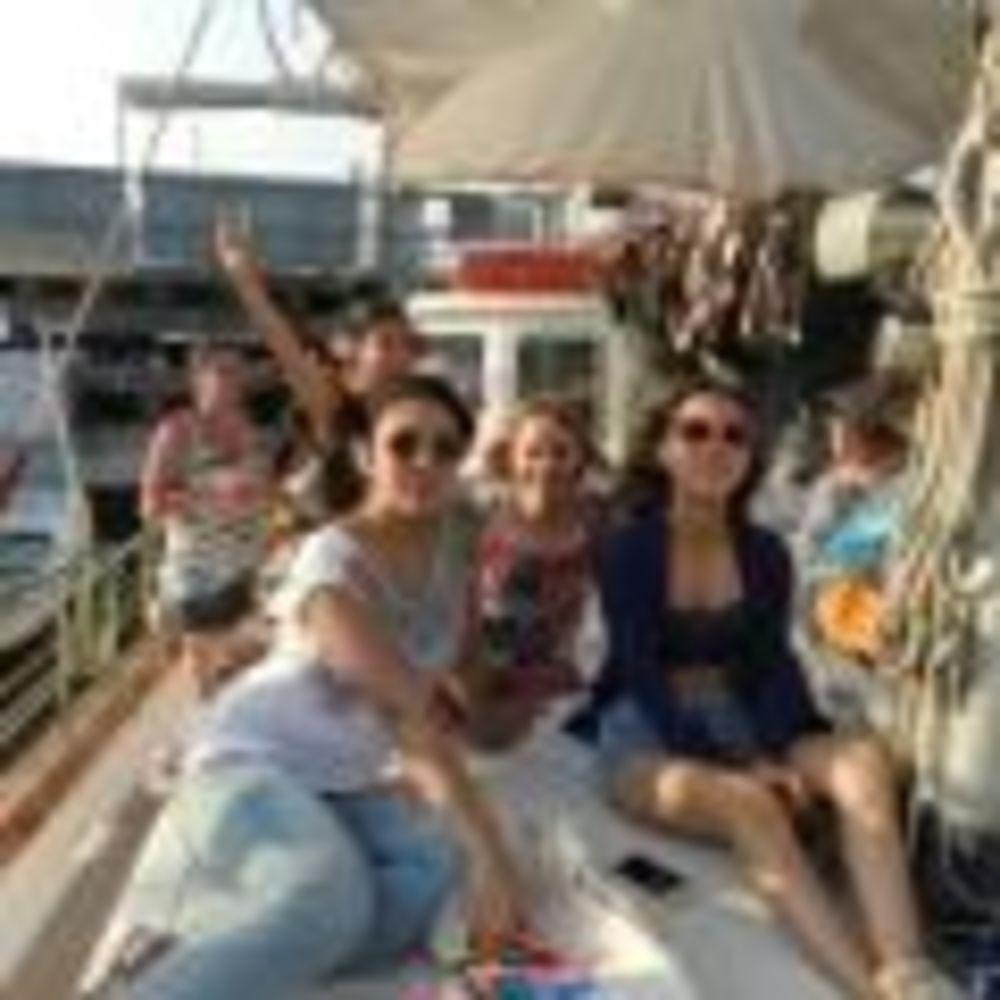 Студенты программы UNIQuest на экскурсии на яхте