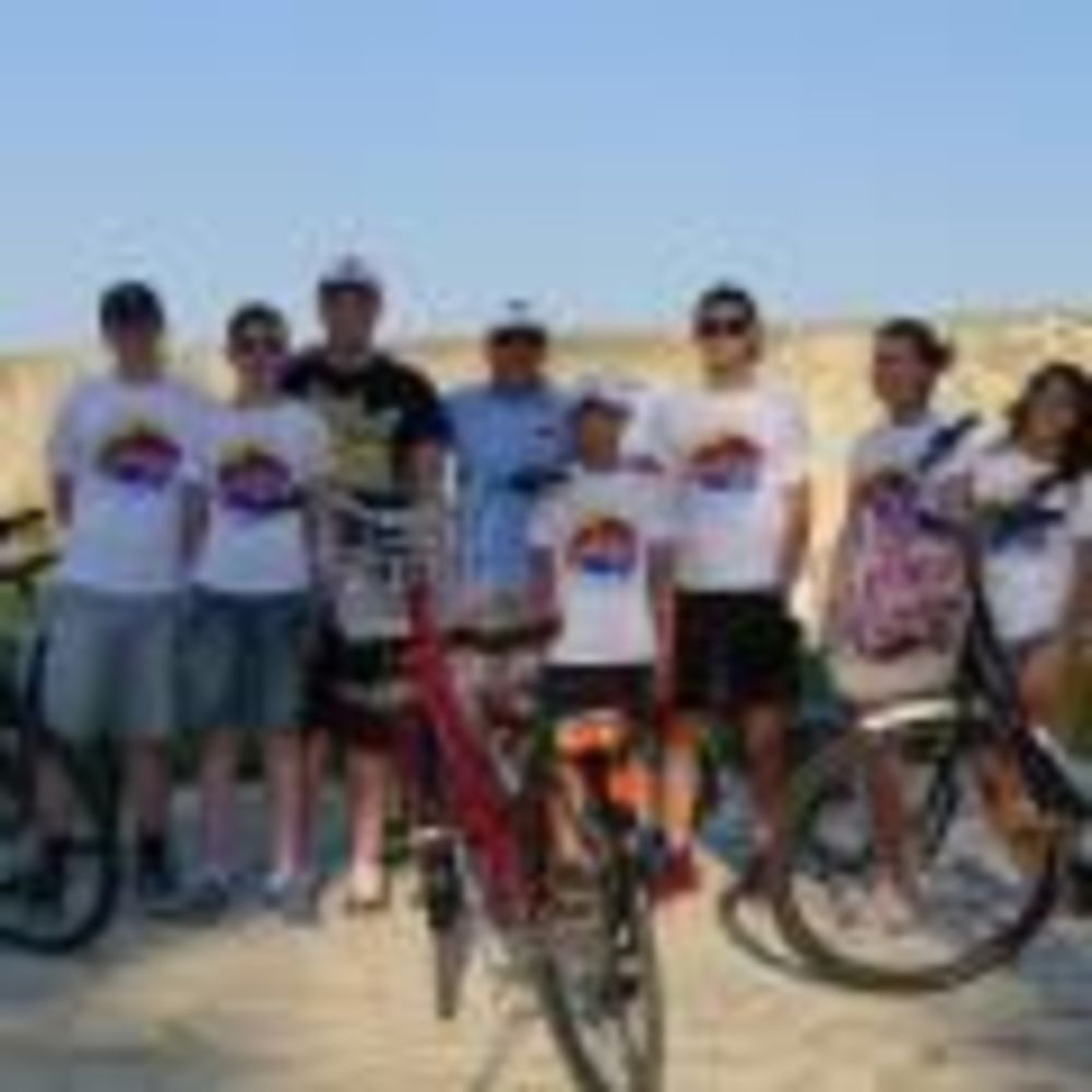 English Quest Camp дети катаются на велосипеде