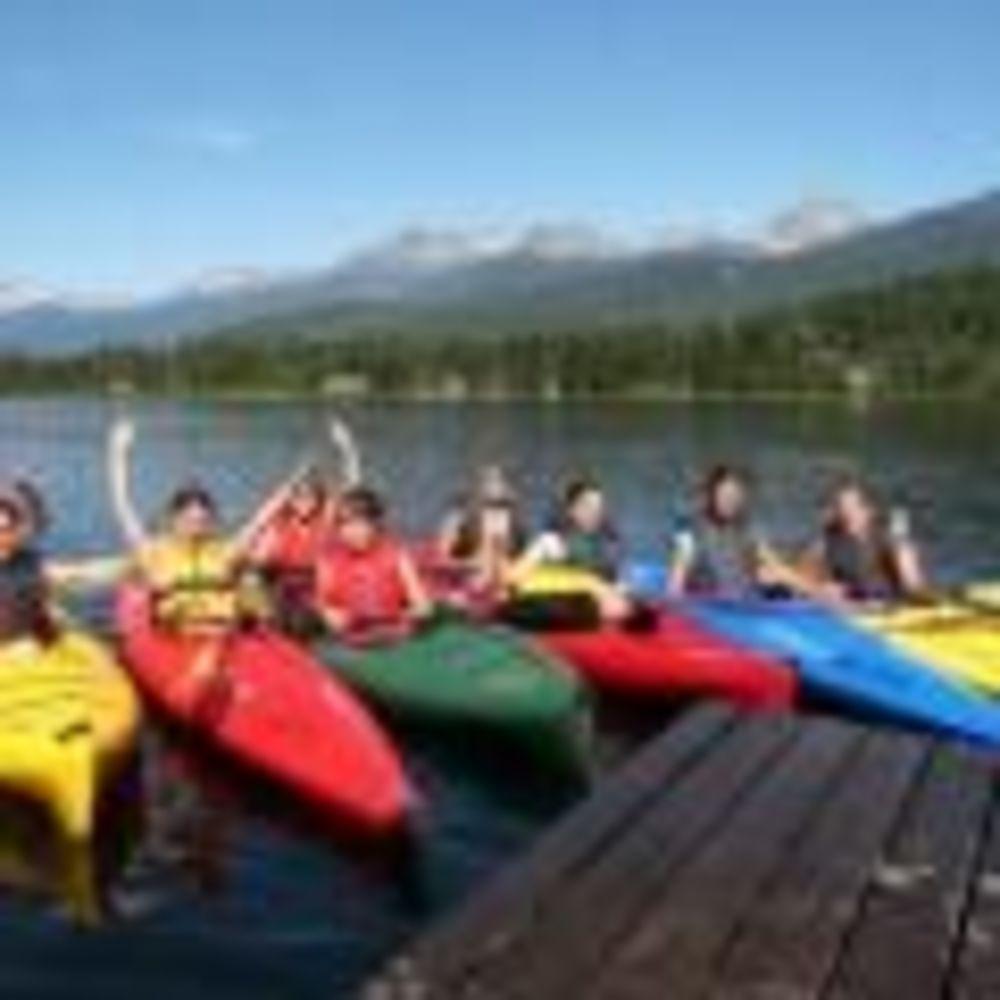 участники лагеря Tamwood в Ванкувере на речке