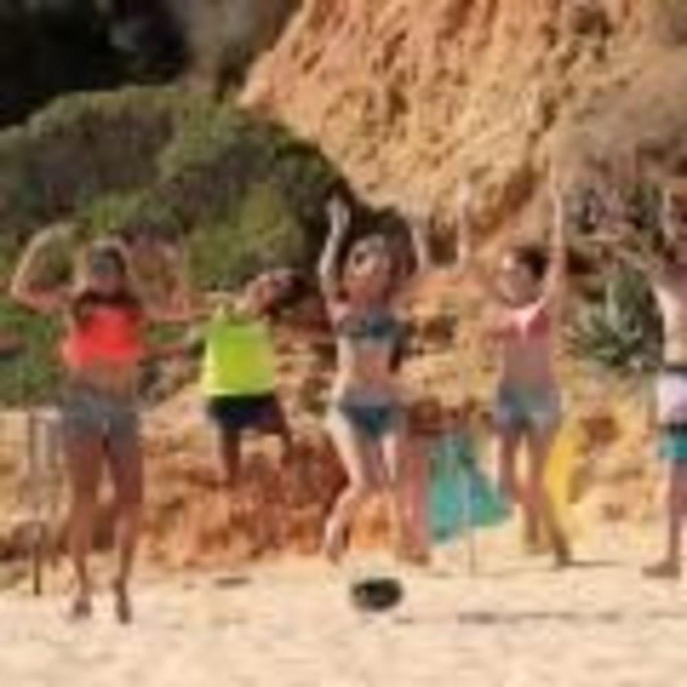 дети на пляже Nobel International School Algarve Summer School