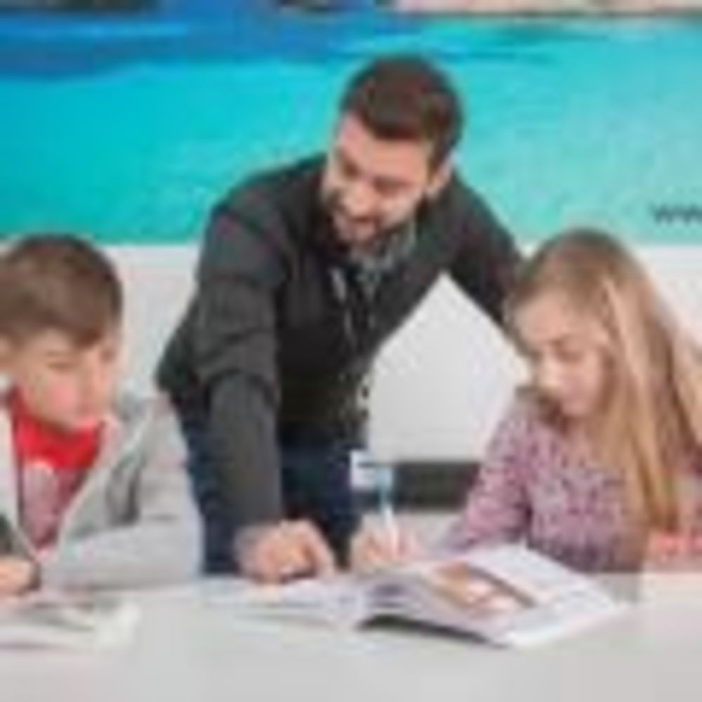 Inlingua Malta дети занимаются с преподавателем