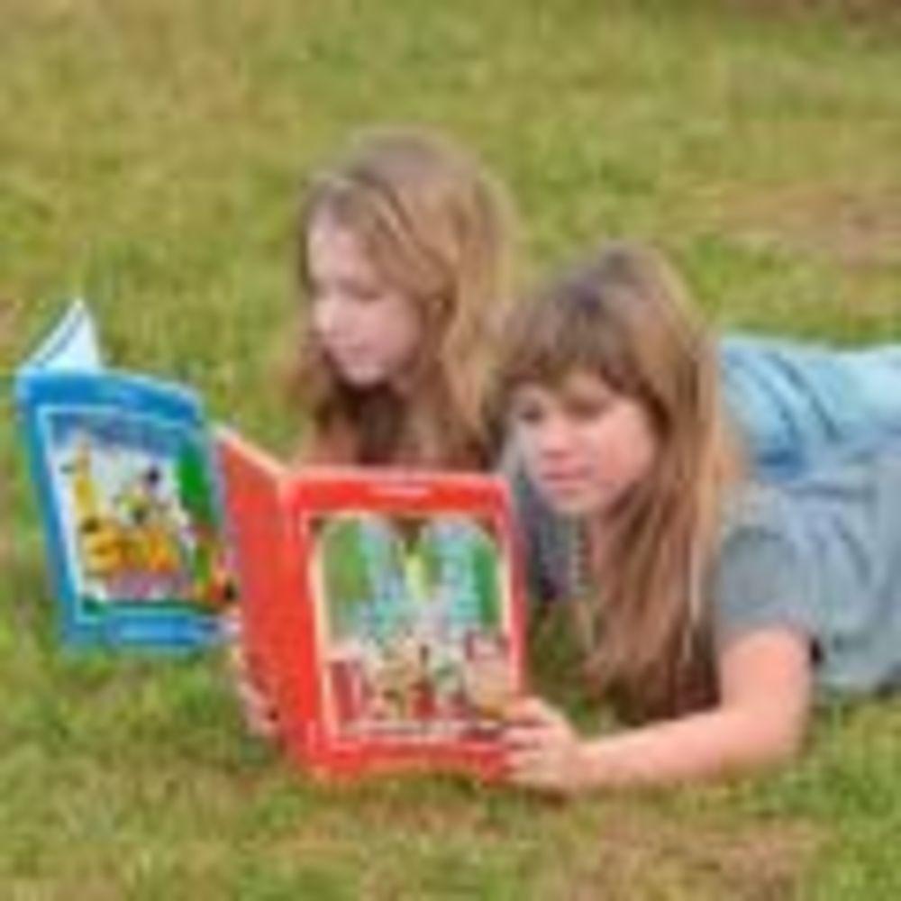 Inlingua Malta девочки лежат на траве