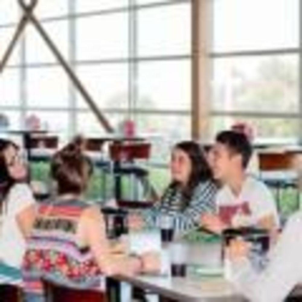 дети на обеде в лагере St Giles на базе California State University, East Bay