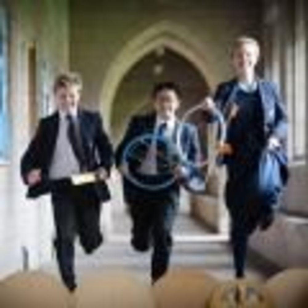 мальчики бегут в школе Glenalmond College