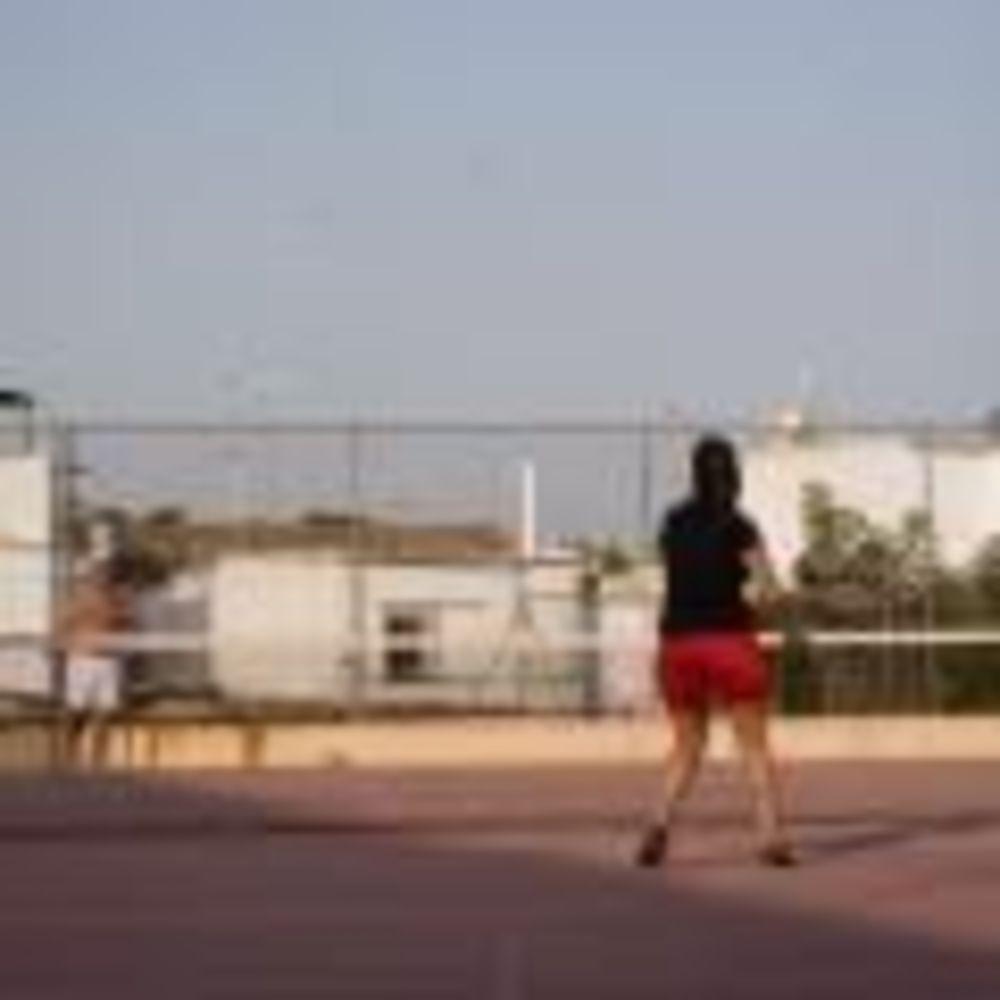 игра в теннис в лагере Marbella Albergue, Enfocamp