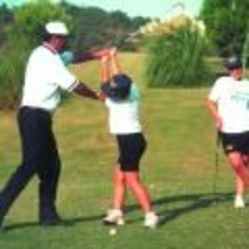 дети занимаются гольфом в лагере Marbella Aleman, Enfocamp