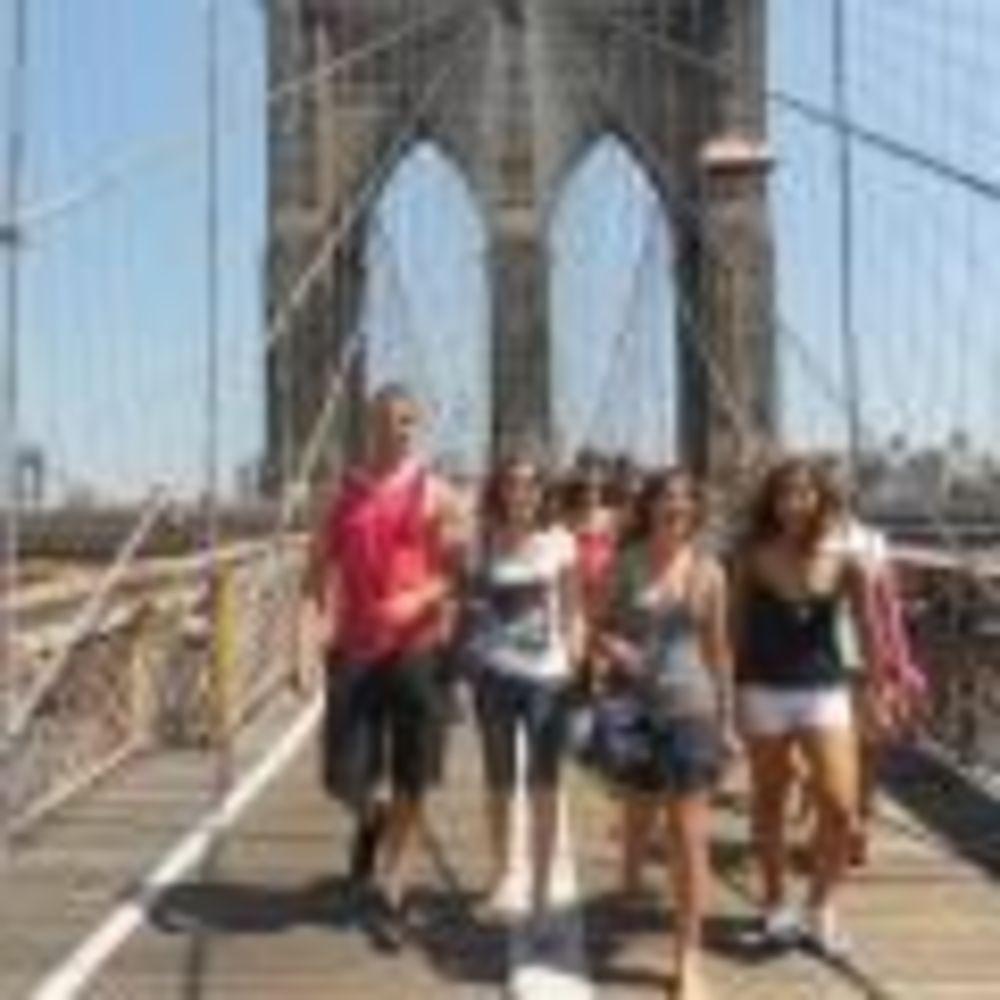 участники программы Rennert Marymount Manhattan College на прогулке