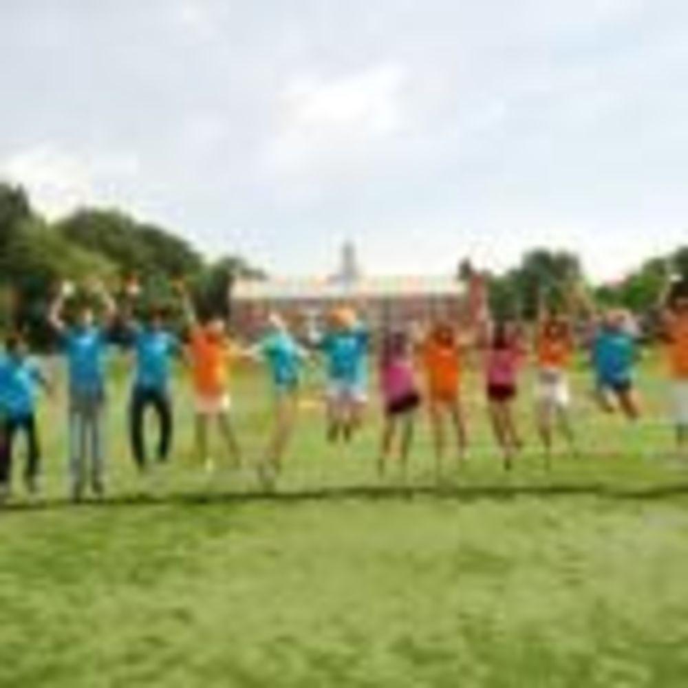 участники лагеря Rennert Iona College на прогулке
