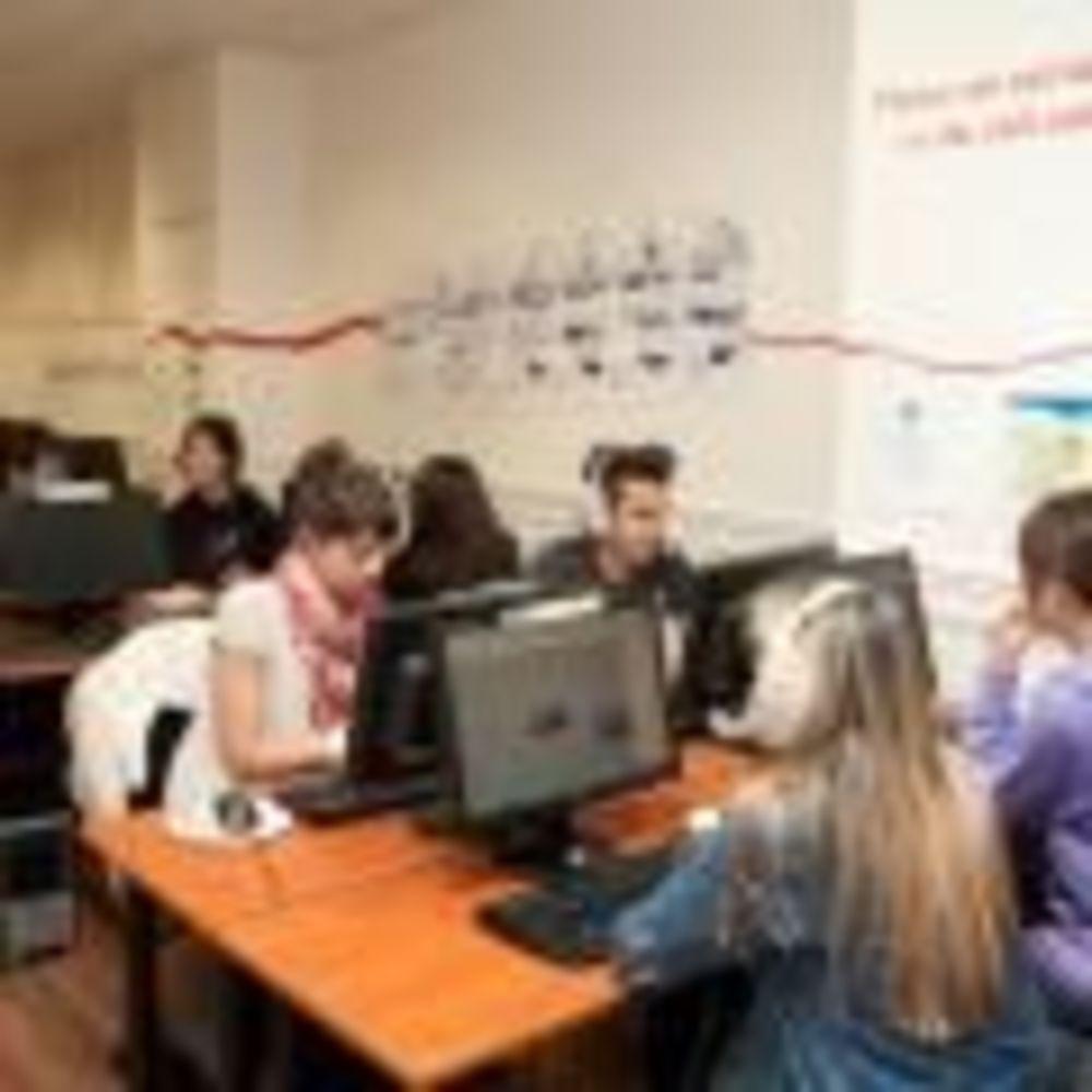 студенты семейной программы St Giles в Сан-Франциско в компьютерном классе