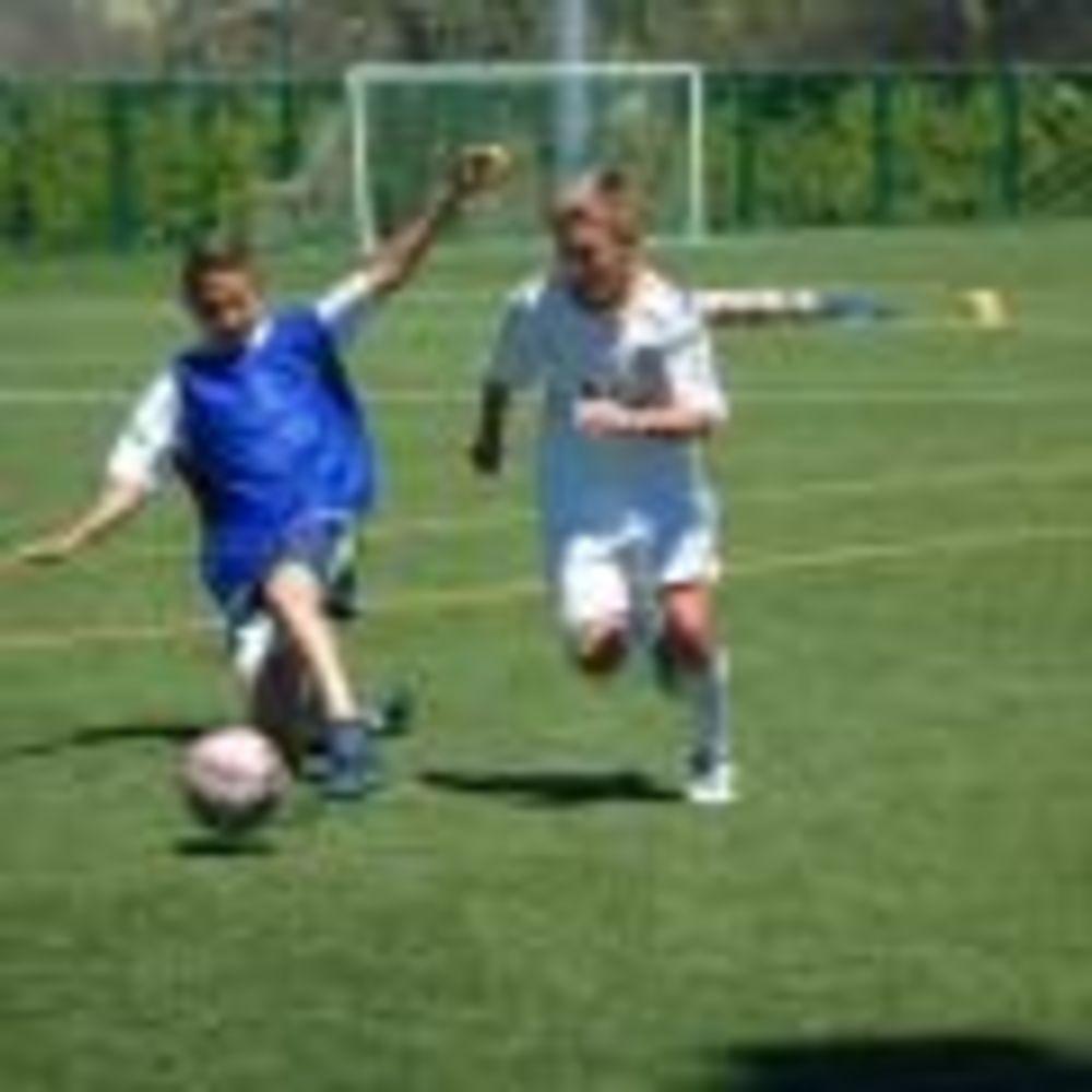 дети на футбольной тренировке в лагере King's College, The British School of Madrid