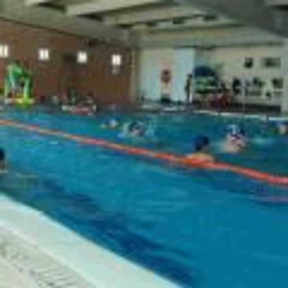 дети плавают в бассейне в лагере King's College, The British School of Madrid