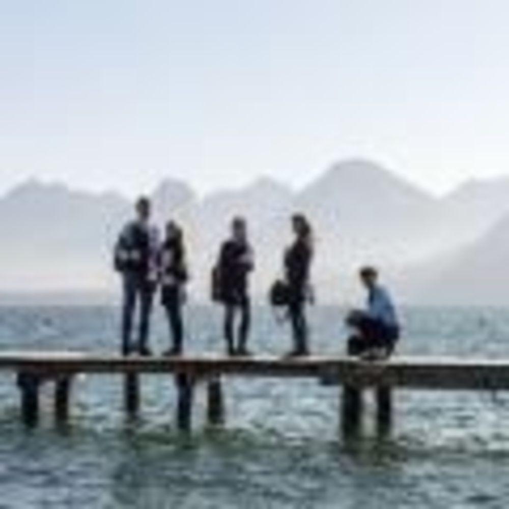 студенты школы St. Gilgen International на озере