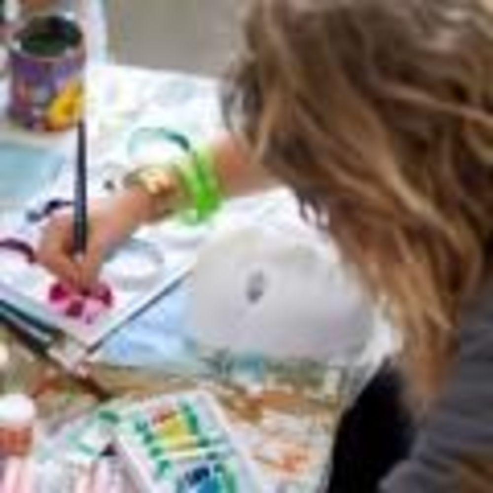 студентка рисует в лагере Cobham Hall Summer Camp
