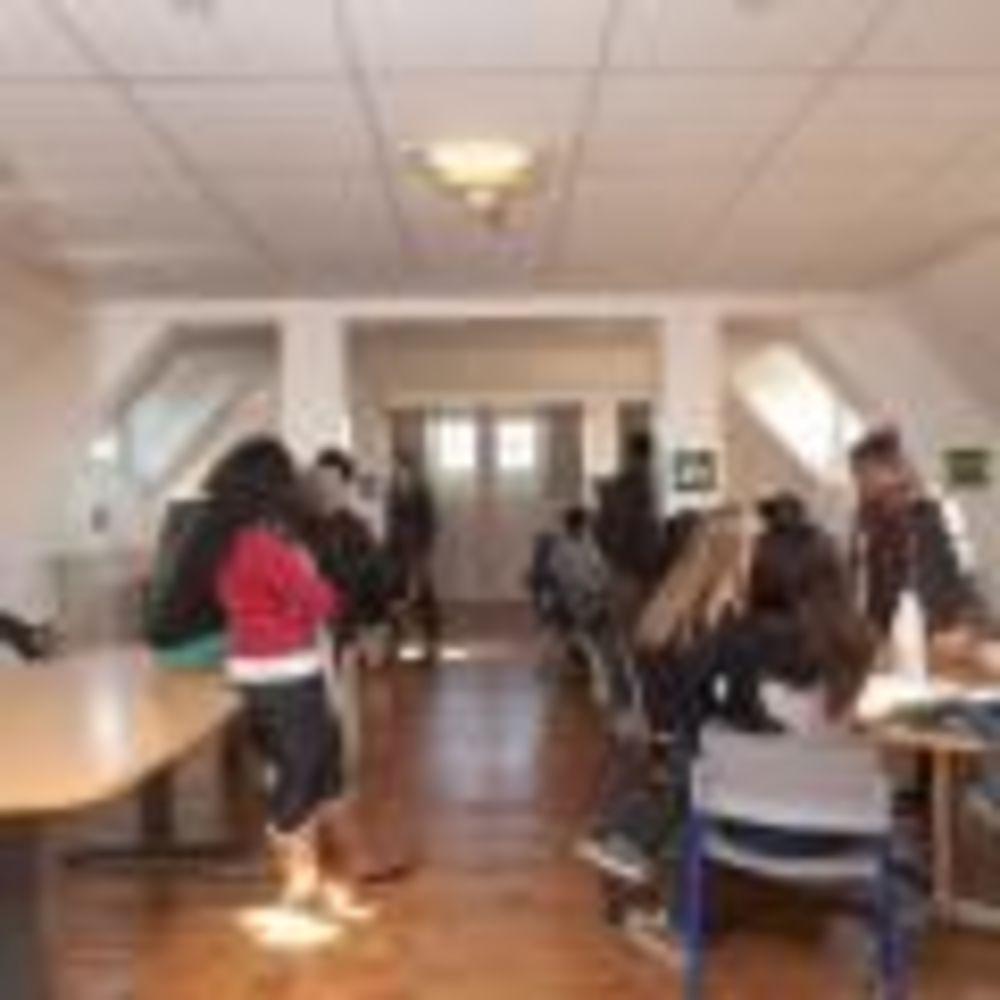 студенты школы Notre-Dame International High School