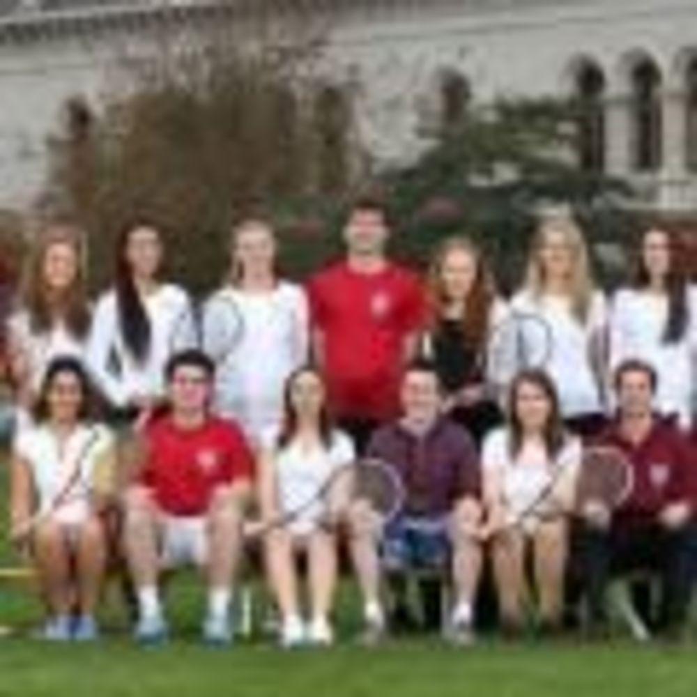 студенты занимаются теннисом в лагере Trinity College Summer Camp