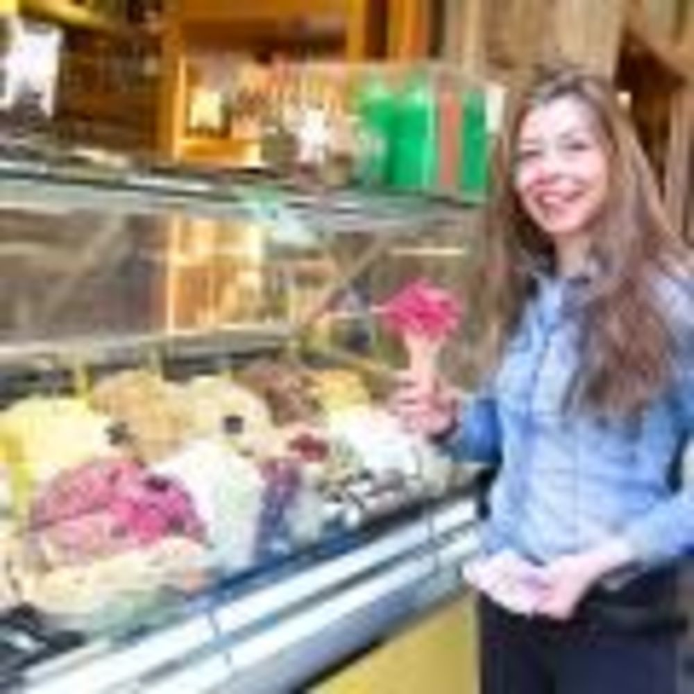 участница лагеря с мороженым Sprachcaffe Firenze